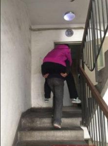 老舊公寓傳統背抱